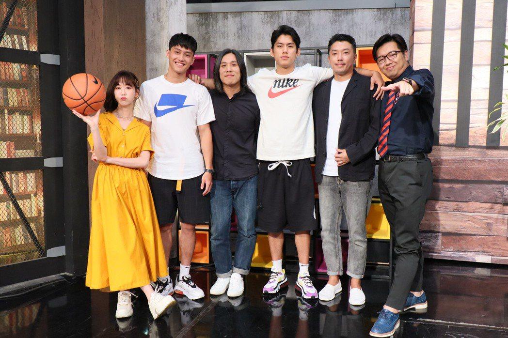「下半場」導演、演員上「娛樂鄉民」接受鄭偉柏、瑪麗訪問。圖/MOMO TV提供
