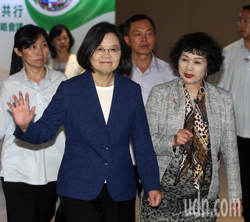 蔡英文總統(左)下午在中華民國資訊軟體協會(CISA)理事長邱月香(右)陪同下出...
