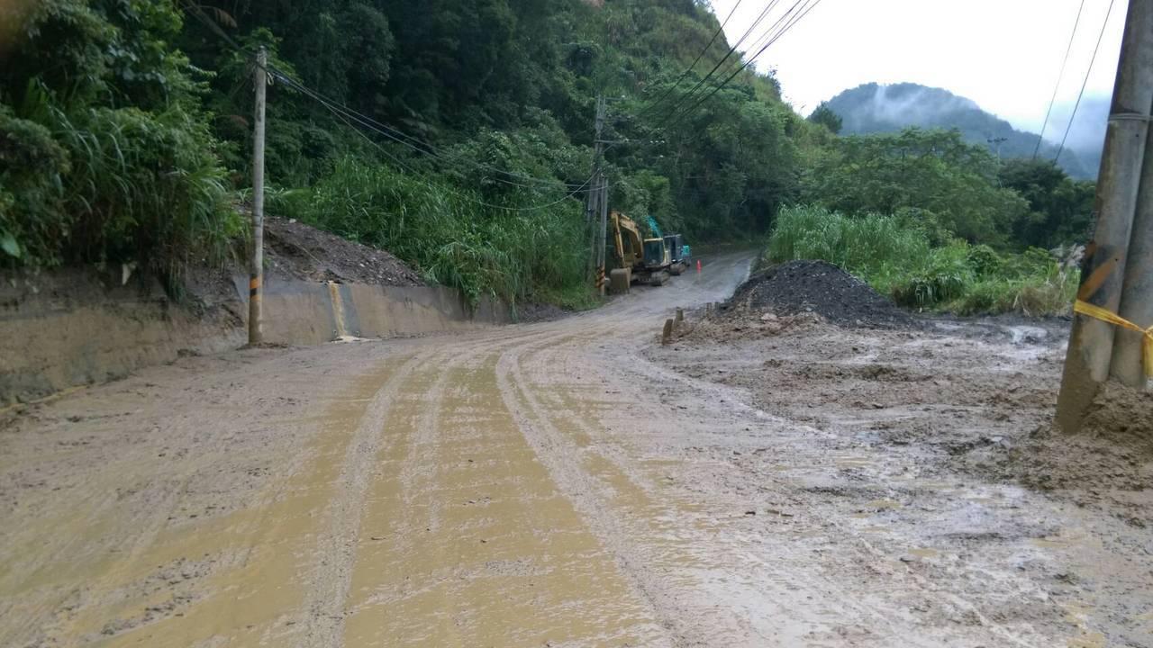 南投縣因連日大雨,仁愛鄉投83線經空拍確認邊坡上方崩塌,遭土石流淹埋路面今清理完...