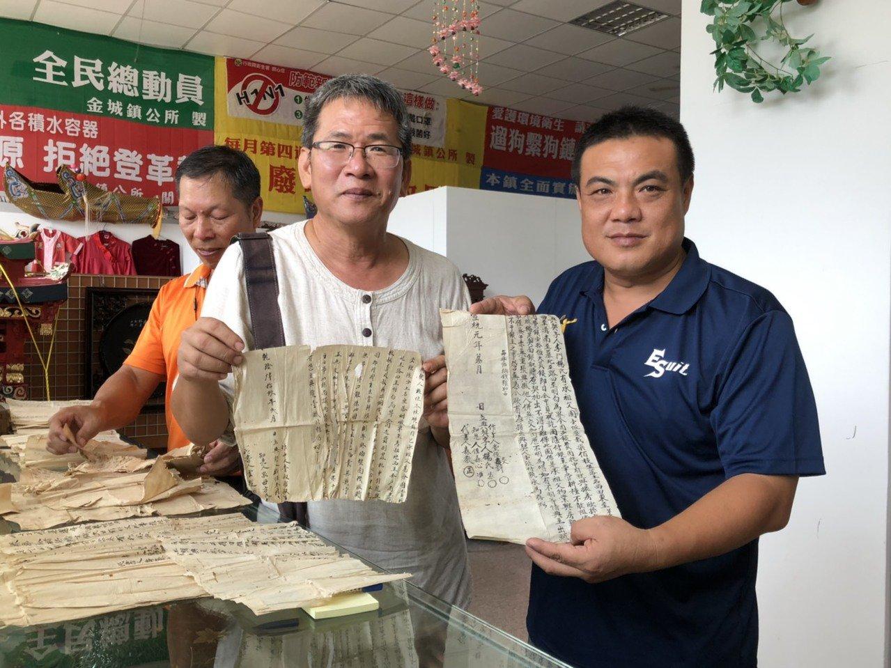 金城鎮長李誠智(右一)與文史工作者林金榮(中)仔細詳看每張「古契」的內容,直說很...