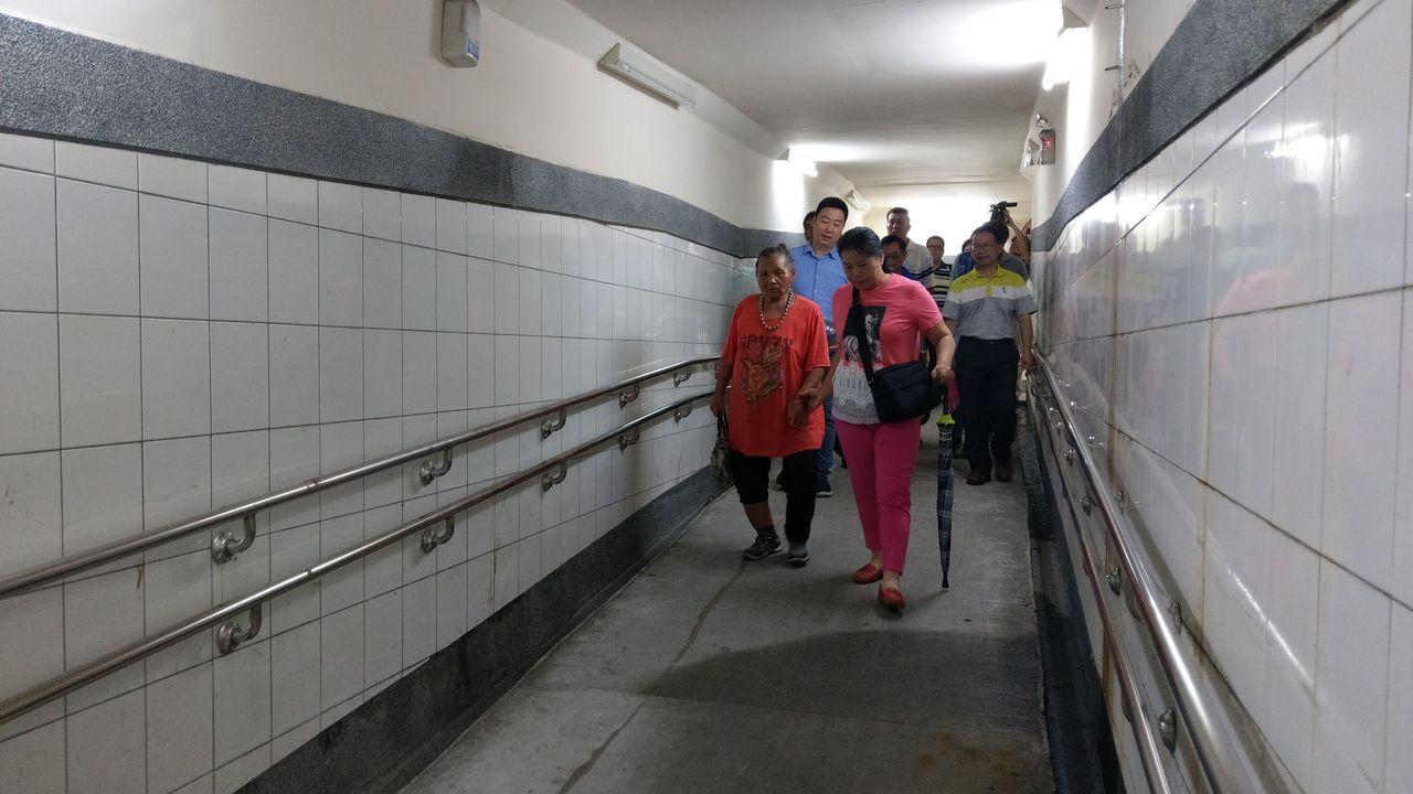 80歲丁姓婦人(左一)年老雙腿變得無力,抱怨台鐵大肚車站無障礙坡道太長,需要旁人...