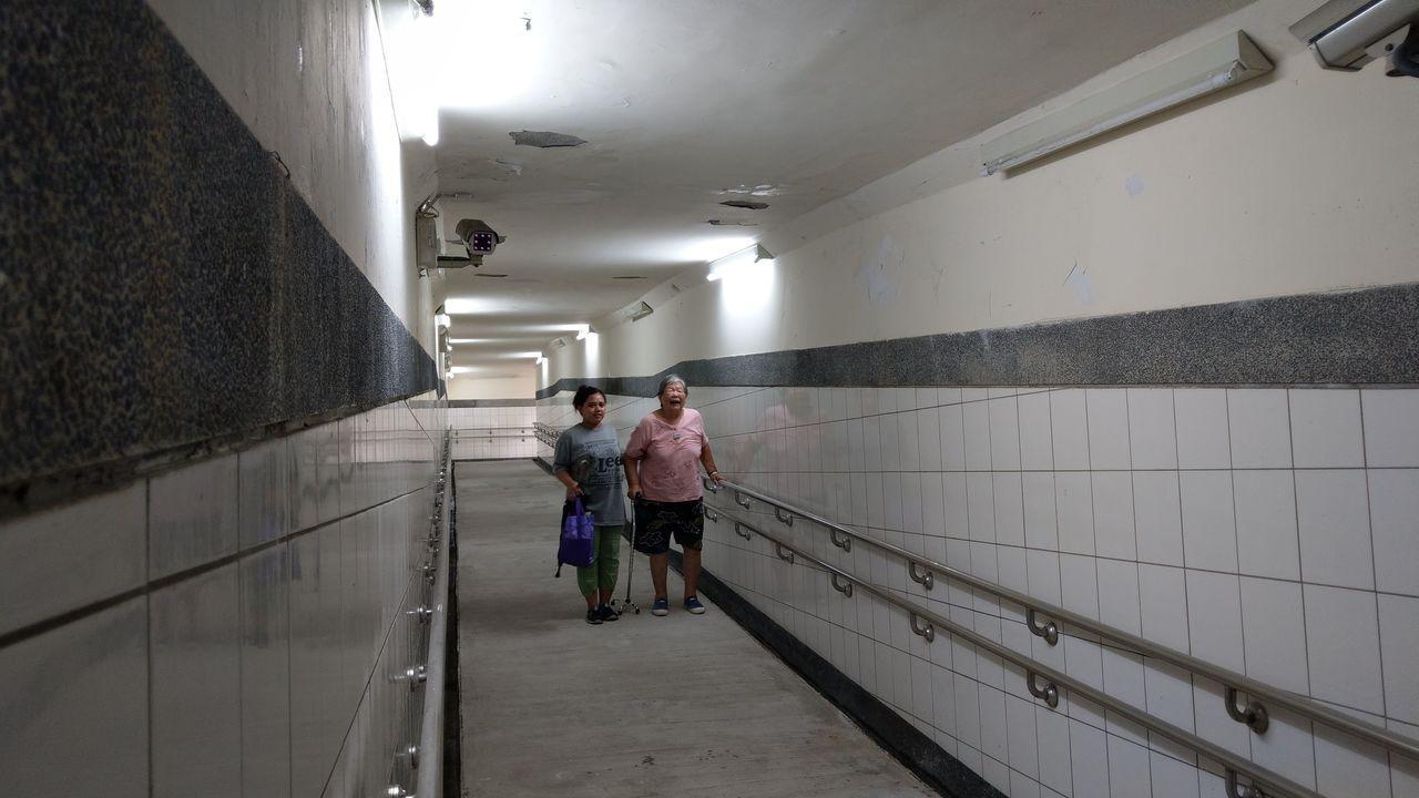 82歲鄭姓婦人(右)因膝蓋開刀,抱怨台鐵大肚車站無障礙坡道太長,邊走邊喘,要休息...