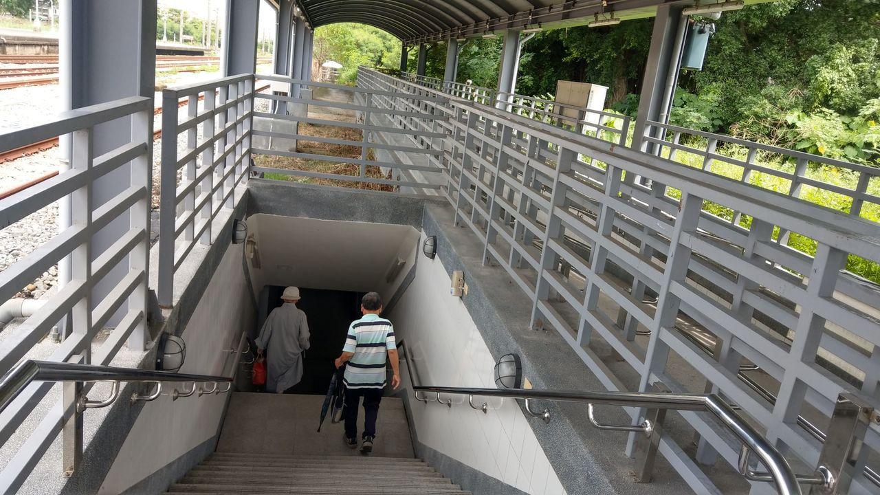 台鐵大肚車站今年8月搬遷到月台上的新站體,民眾上下月台,要改走日光穿越道。記者趙...
