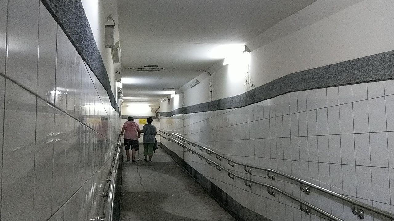 82歲鄭姓婦人(左)因膝蓋開刀,抱怨台鐵大肚車站無障礙坡道太長,邊走邊喘,要休息...