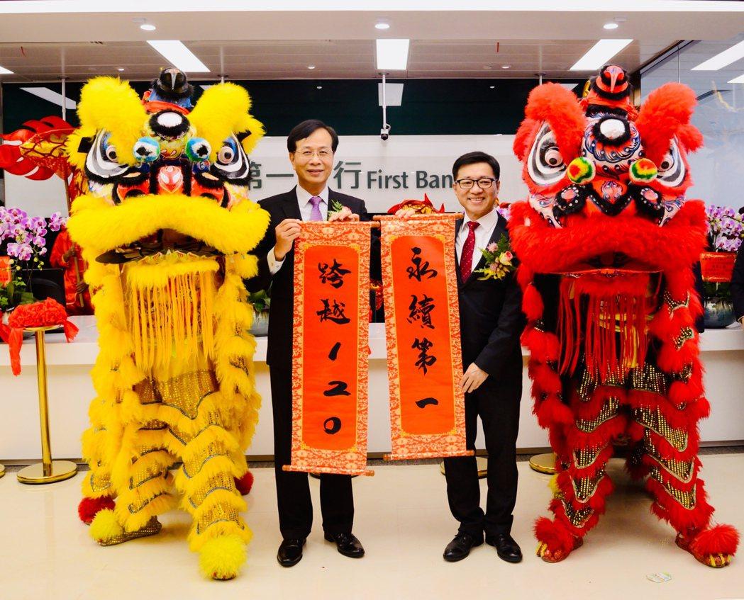 第一銀行董事長廖燦昌(左)與上海分行行長張仕霖(右)出席第一銀行上海自貿區支行喬...