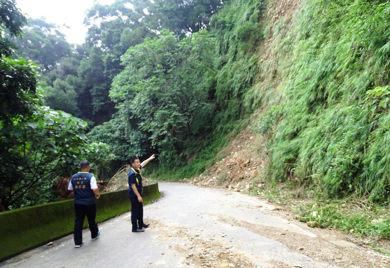 彰化縣二水鄉豐柏路上周大豪雨後多處坍方,至今仍未能修復。記者凌筠婷/攝影