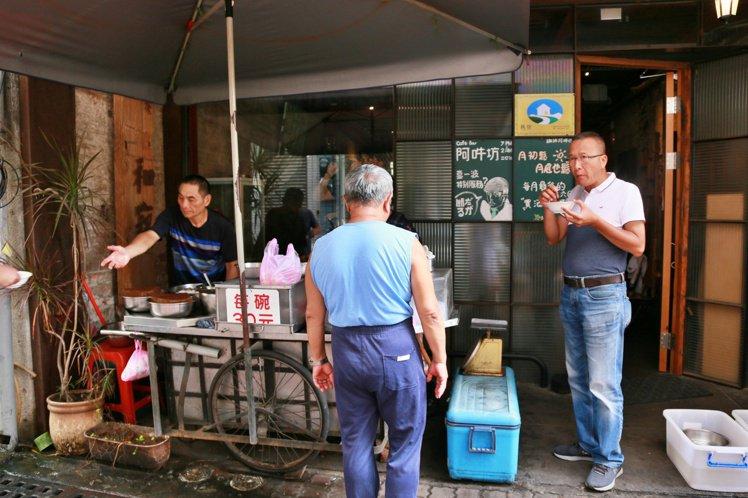 無名愛玉攤攤子很小,早上7點開賣後,時不時都會有路人佇足在這裡吃一碗再走。記者魏...
