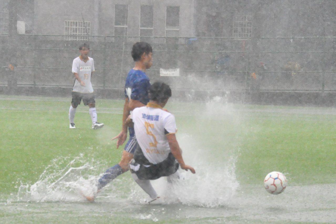 台中東亞國際城市足球邀請賽第三天賽程在大雨中進行。記者曾思儒/攝影