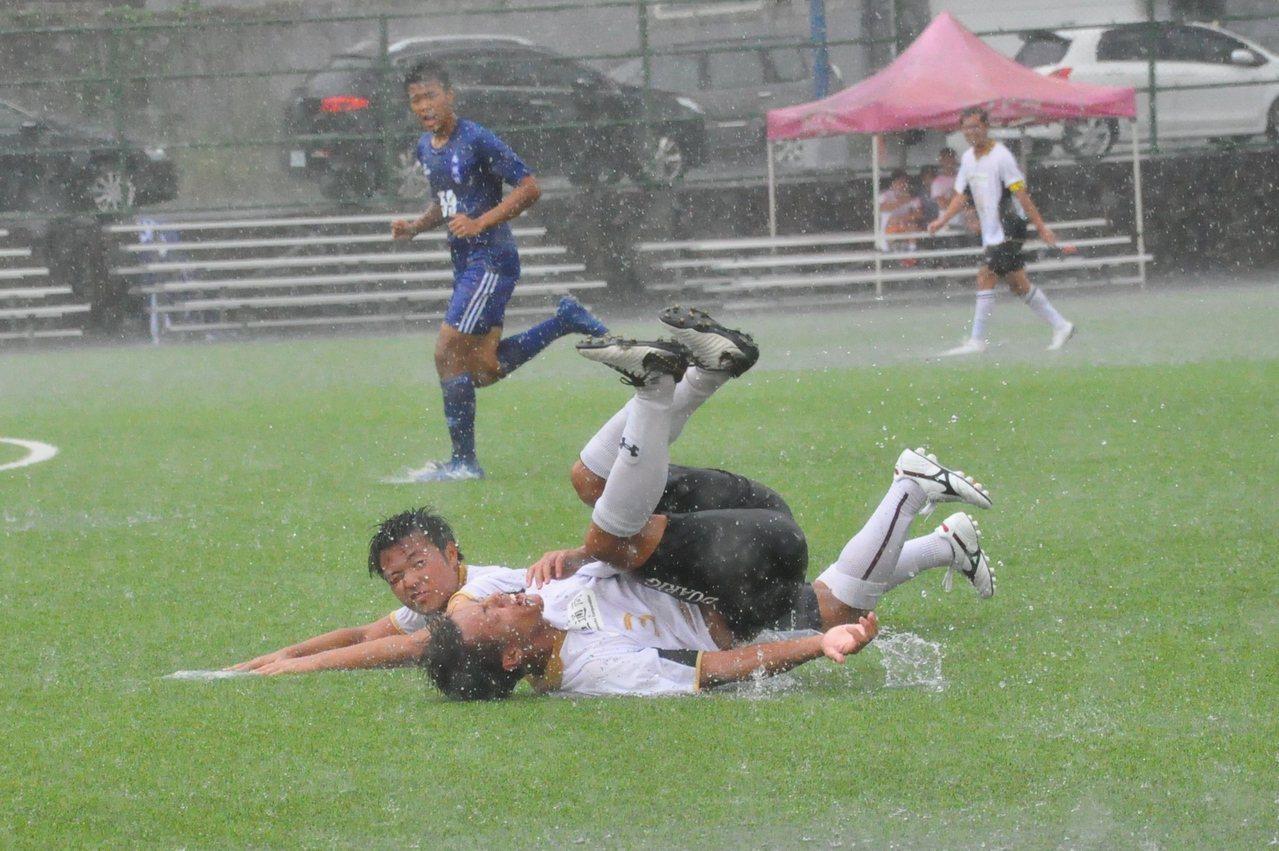 琉球代表隊雨中跌倒。記者曾思儒/攝影