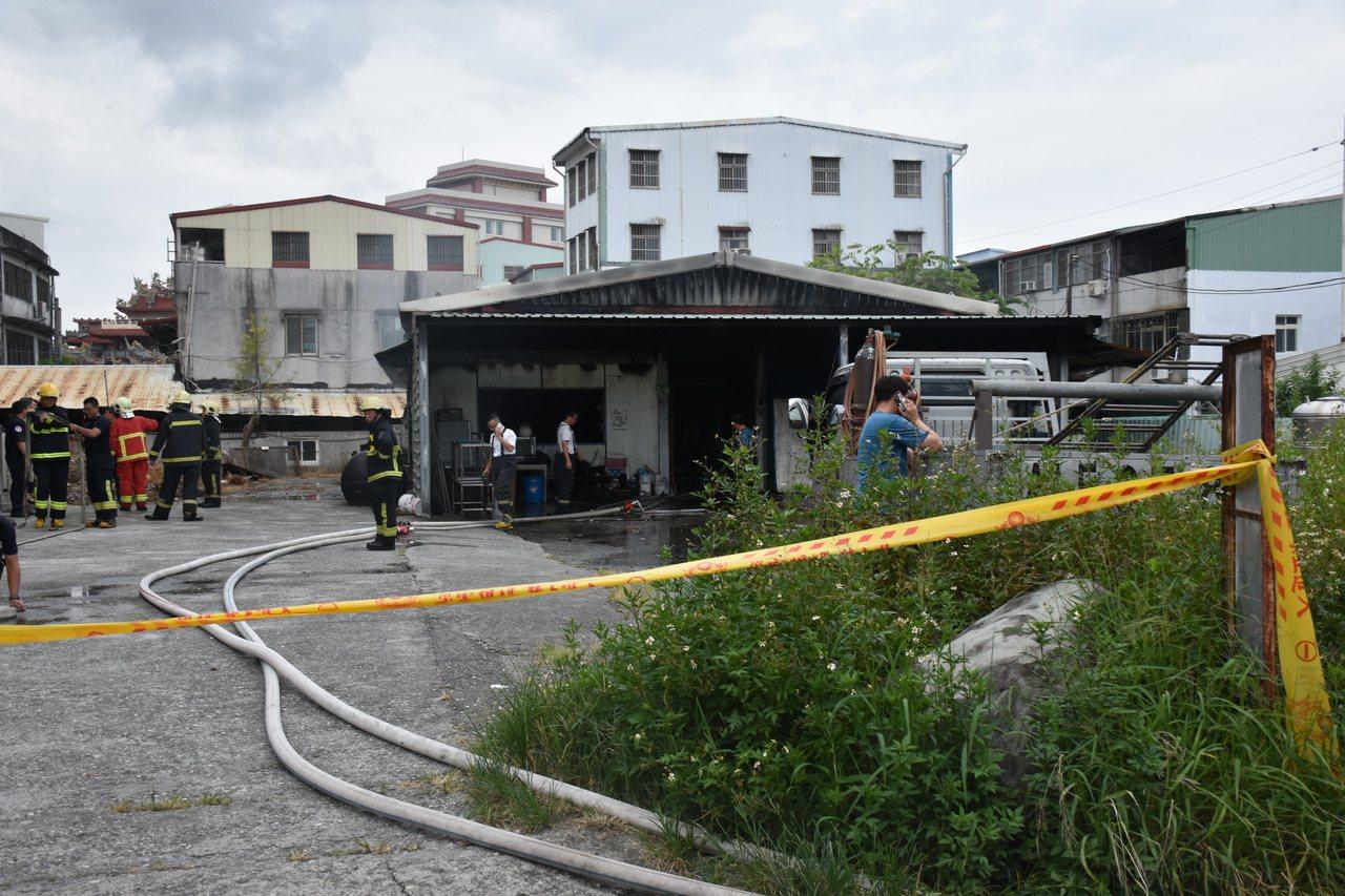 花蓮吉安鄉慈惠二街民宅燒毀,警消拉起封鎖線要調查起火原因。記者王思慧/攝影