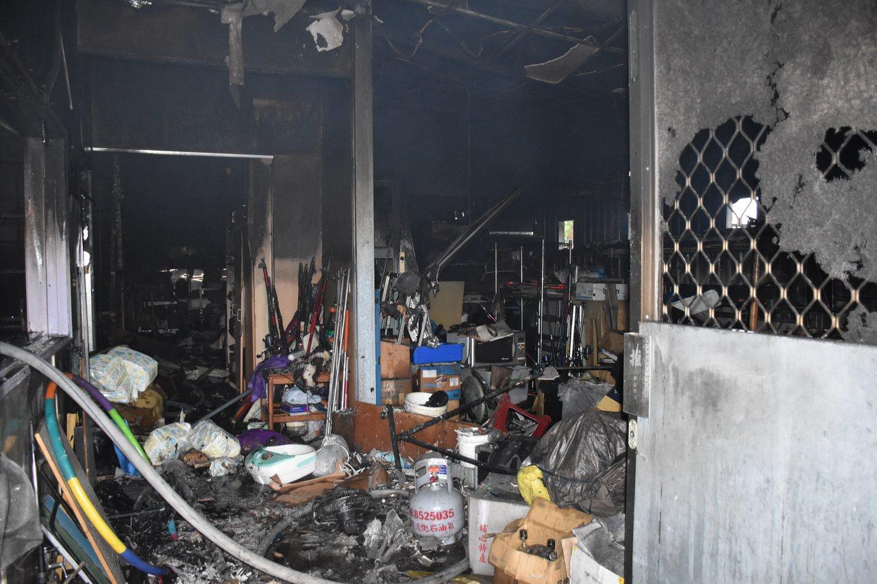 花蓮吉安鄉慈惠二街一處民宅被大火燒得焦黑,幸無人傷亡。記者王思慧/攝影