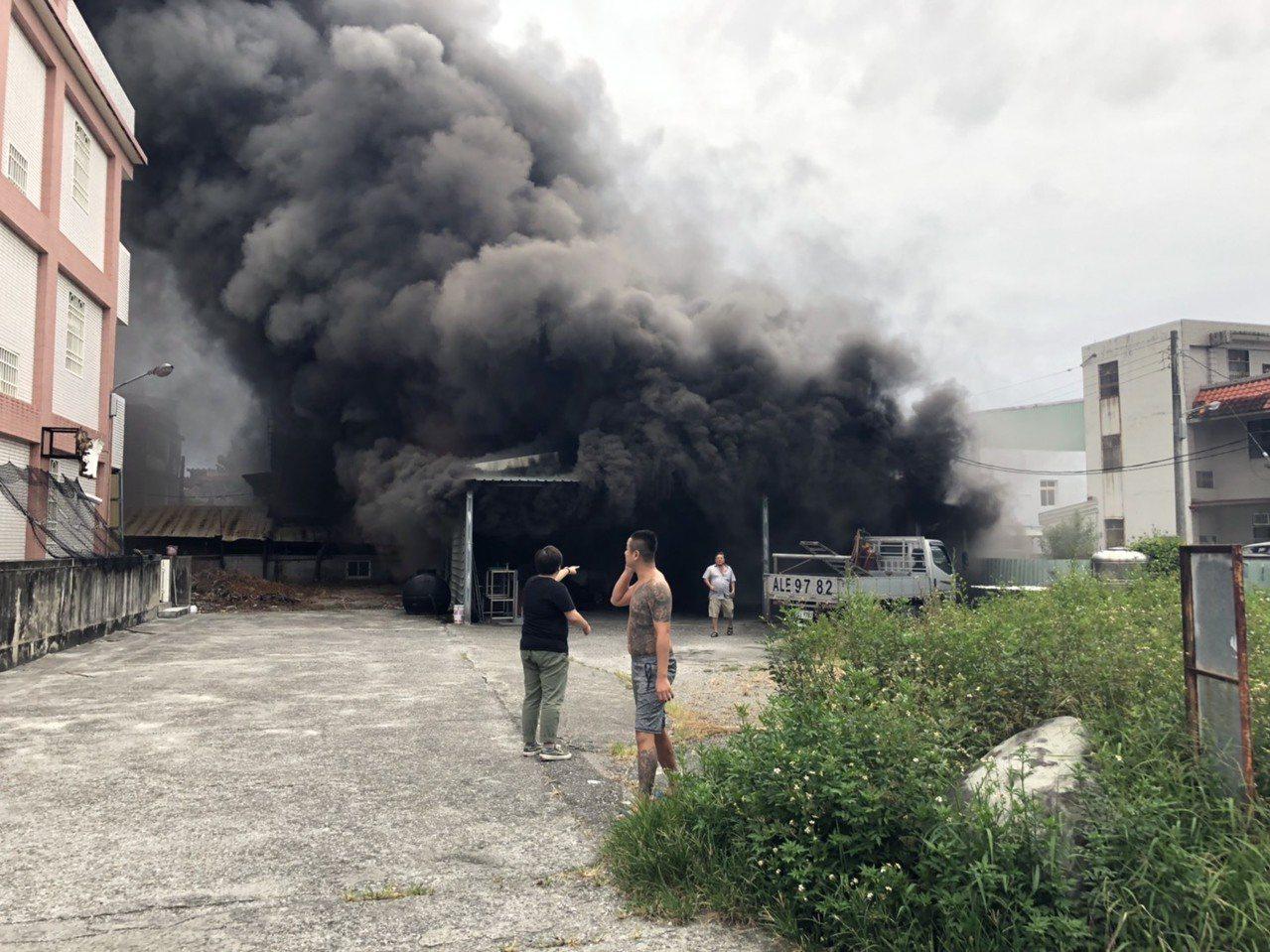 花蓮吉安鄉慈惠二街民宅一度黑煙直竄天際,火勢猛烈。圖/民眾提供