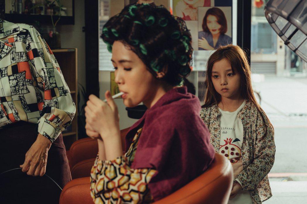 翁妮妮(右)在劇中對戲最多的就是孫可芳,母女對戲劇情讓人心酸。圖/三立提供