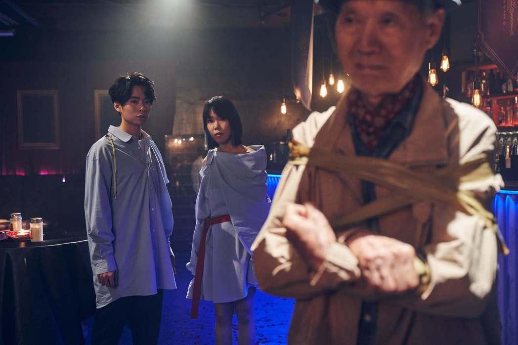 Crispy脆樂團新歌「Deja Vu」MV大玩膠帶綑綁秀。圖/好多音樂提供