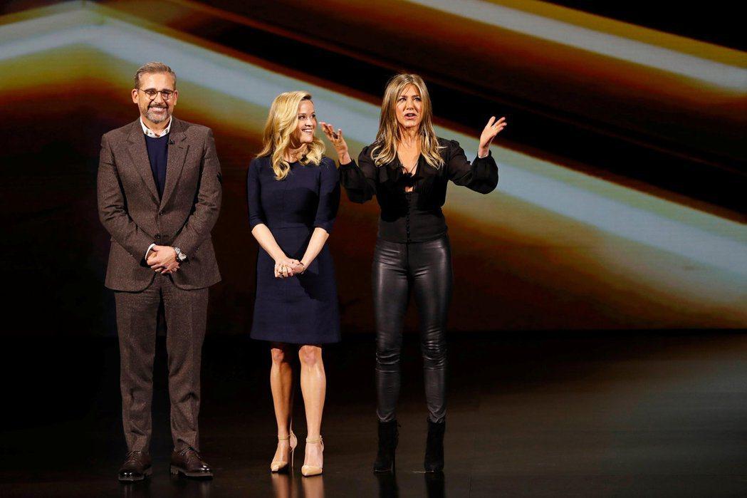 瑞絲薇絲朋(中)與史提夫卡爾(左)、珍妮佛安妮絲頓合作Apple TV+新戲,備...