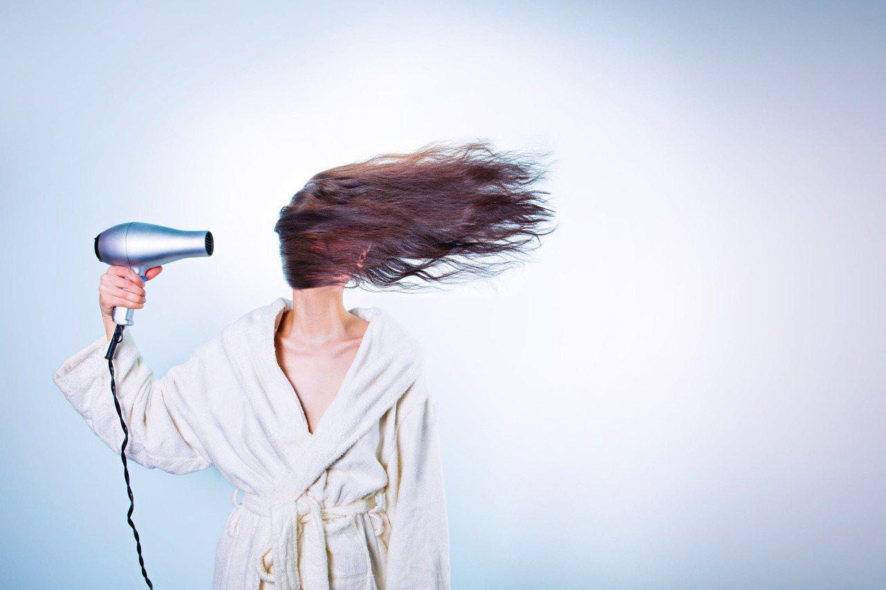 要減少頭髮毛躁,用乾髮帽可以防止擦乾時的過度摩擦。圖/摘自 pexels