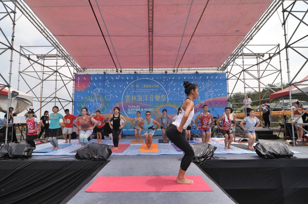 王麗雅擔任雲林海洋音樂祭代言人,帶領參加者做瑜珈。圖/伊林娛樂提供