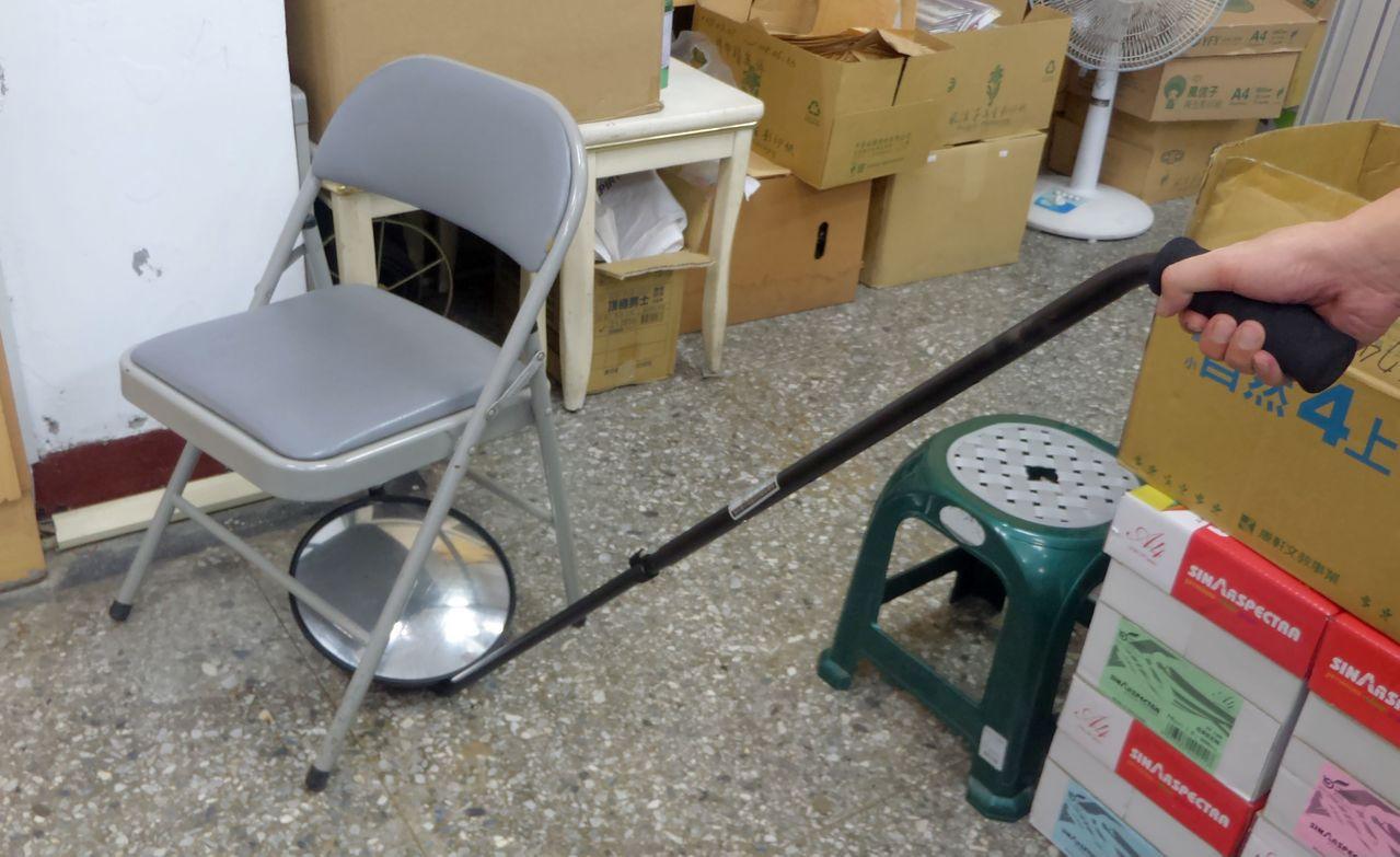 高雄市警方今天配置給韓國瑜隨扈的車底檢視器。記者林保光/攝影