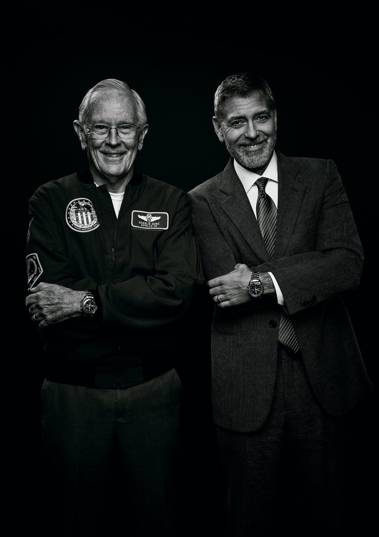 喬治克隆尼(右)今年於甘迺迪太空中心,會見首次登月期間的任務控制中心發言人查爾斯...