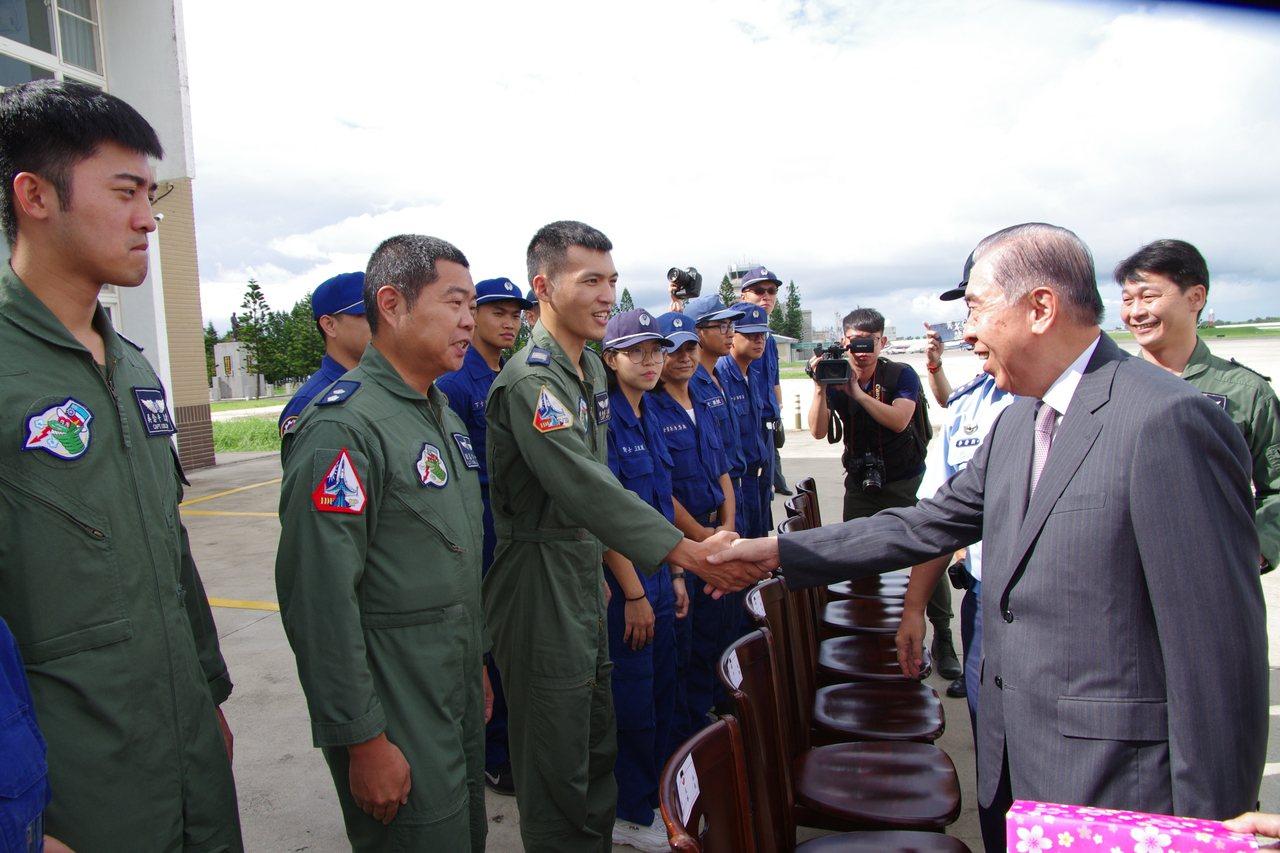 李棟樑慰問前進駐防馬公的空軍天駒部隊。記者程嘉文/攝影