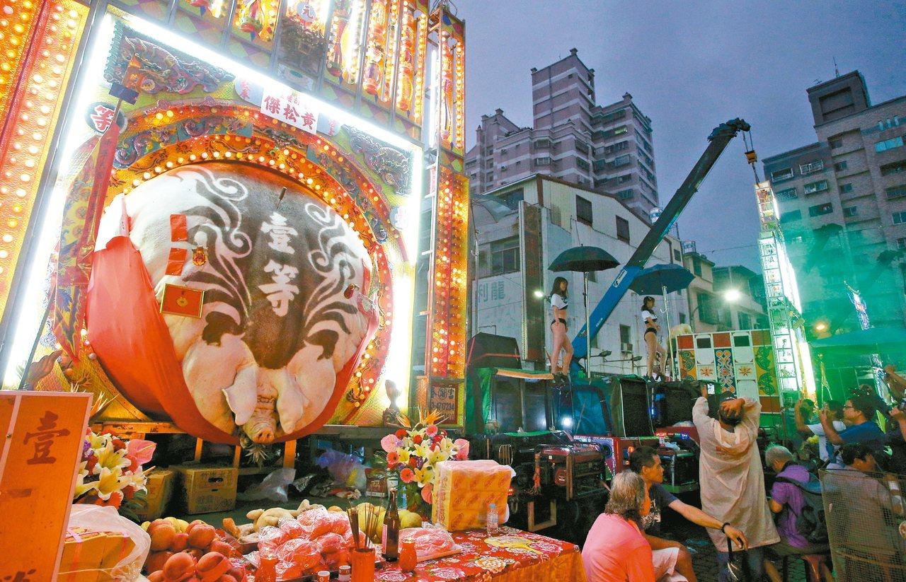 高雄義民廟昨天舉辦義民節中元普度活動,圖為獲得金牌的神豬。 記者劉學聖/攝影