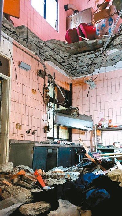 桃園市龜山區金山社區其中一棟3、4樓之間的樓板塌落,露出一個大洞,看起來像打通的...