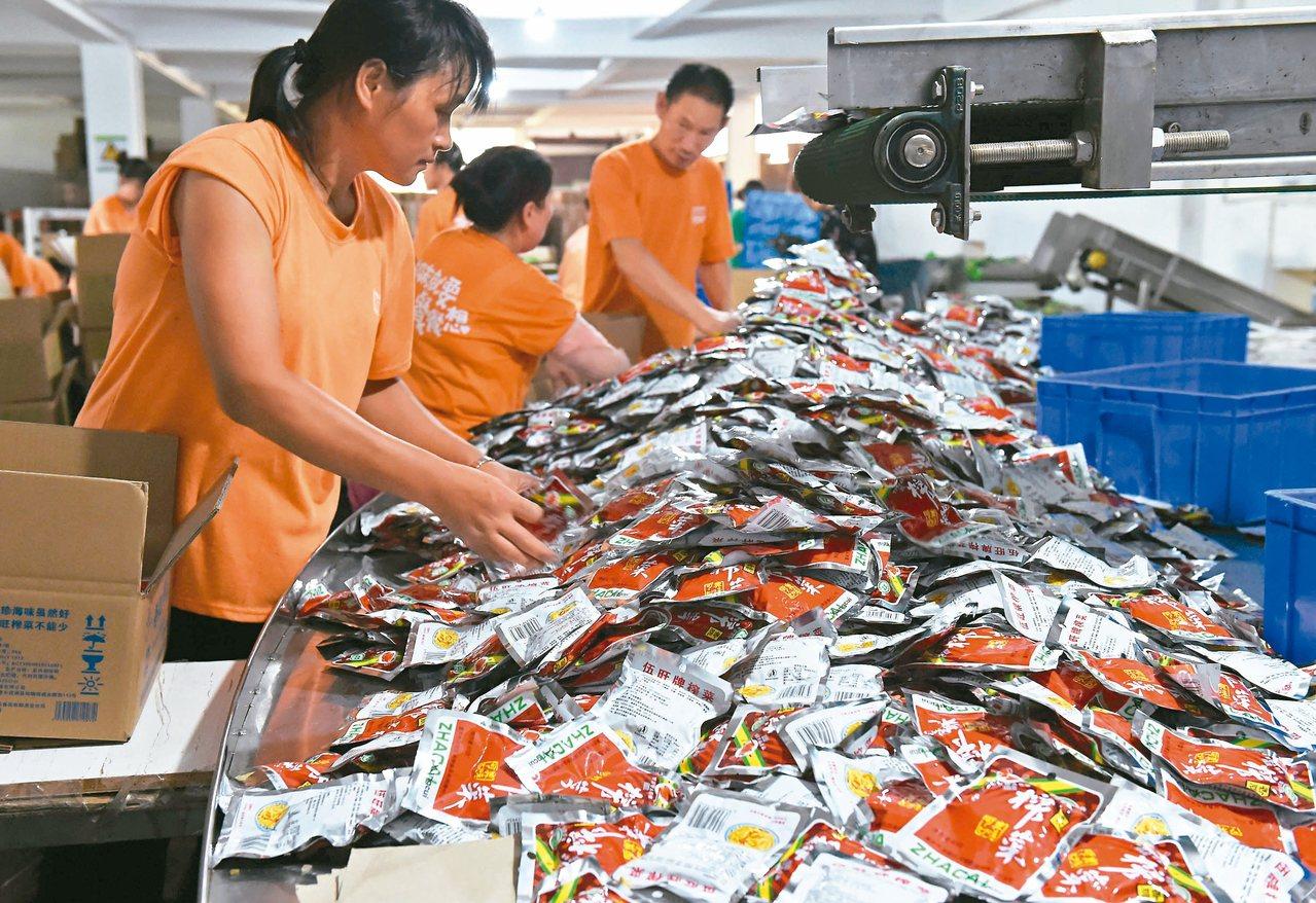 在重慶涪陵一榨菜工廠內,工人正在處理青菜頭。 (中新社)