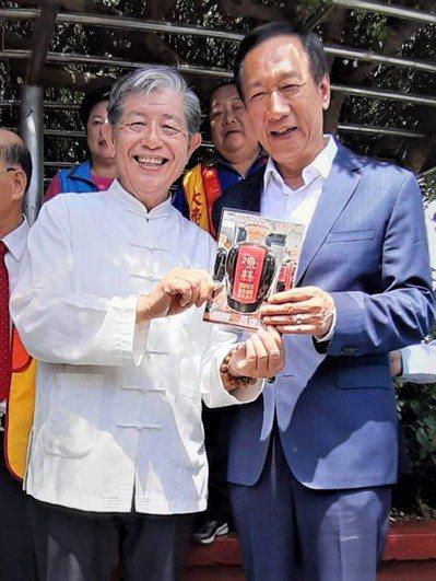 台中的製醋業者、醋王之家老闆李錦銘(左)希望由郭台銘來改變台灣。圖/李錦銘提供