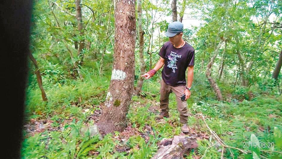 黑熊保育協會在花蓮卓溪山區安裝2架自動相機,裝不到一天就被偷走。 圖/玉里警分局...