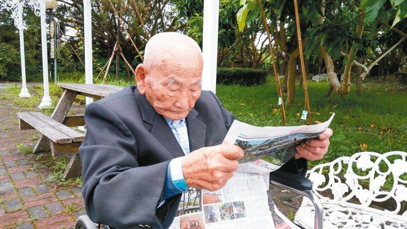 宜蘭106歲人瑞吳文魁,平常都還能夠閱讀報章雜誌。 圖/家屬提供