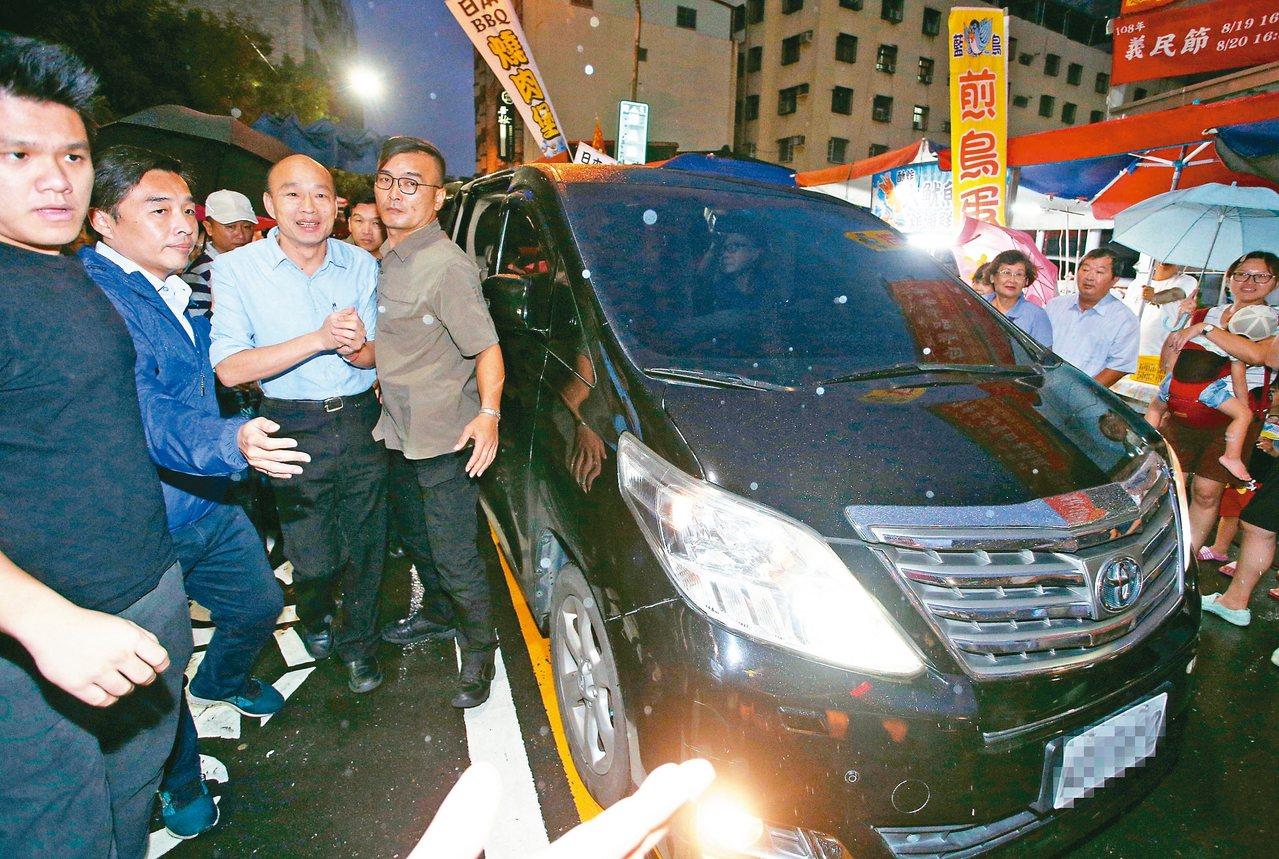 高雄市長韓國瑜(左三)指控國家機器監控,在他的座車安裝追蹤器,圖為韓昨天搭公務車...