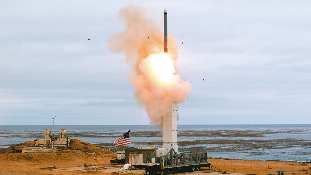 五角大廈表示,試射的中程飛彈是一枚改良型陸基戰斧巡弋飛彈,從洛杉磯外海海軍控制的...
