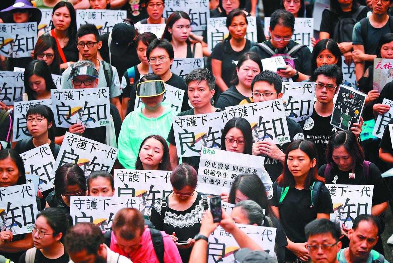 反送中抗爭持續,香港教師界日前罕見走上街頭,要求港府回應民間五大訴求。 (路透)