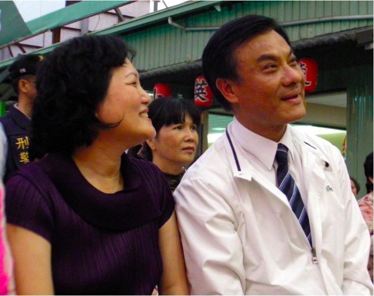 立法院長蘇嘉全妻子洪恆珠(左),有意以無黨籍身分參選屏東第一選區立委,綠營憂心若...