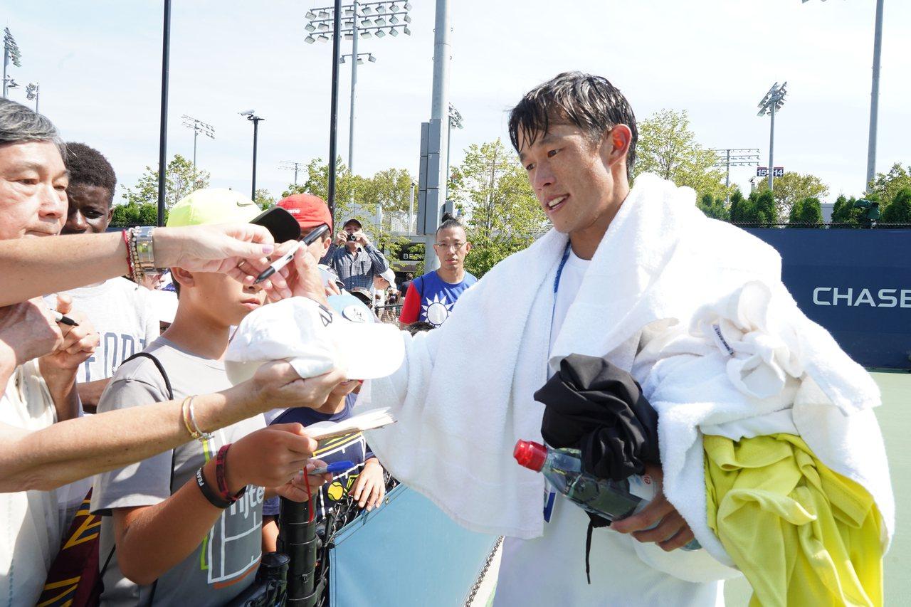 莊吉生獲勝晉級球迷要求簽名。 記者許振輝/攝影