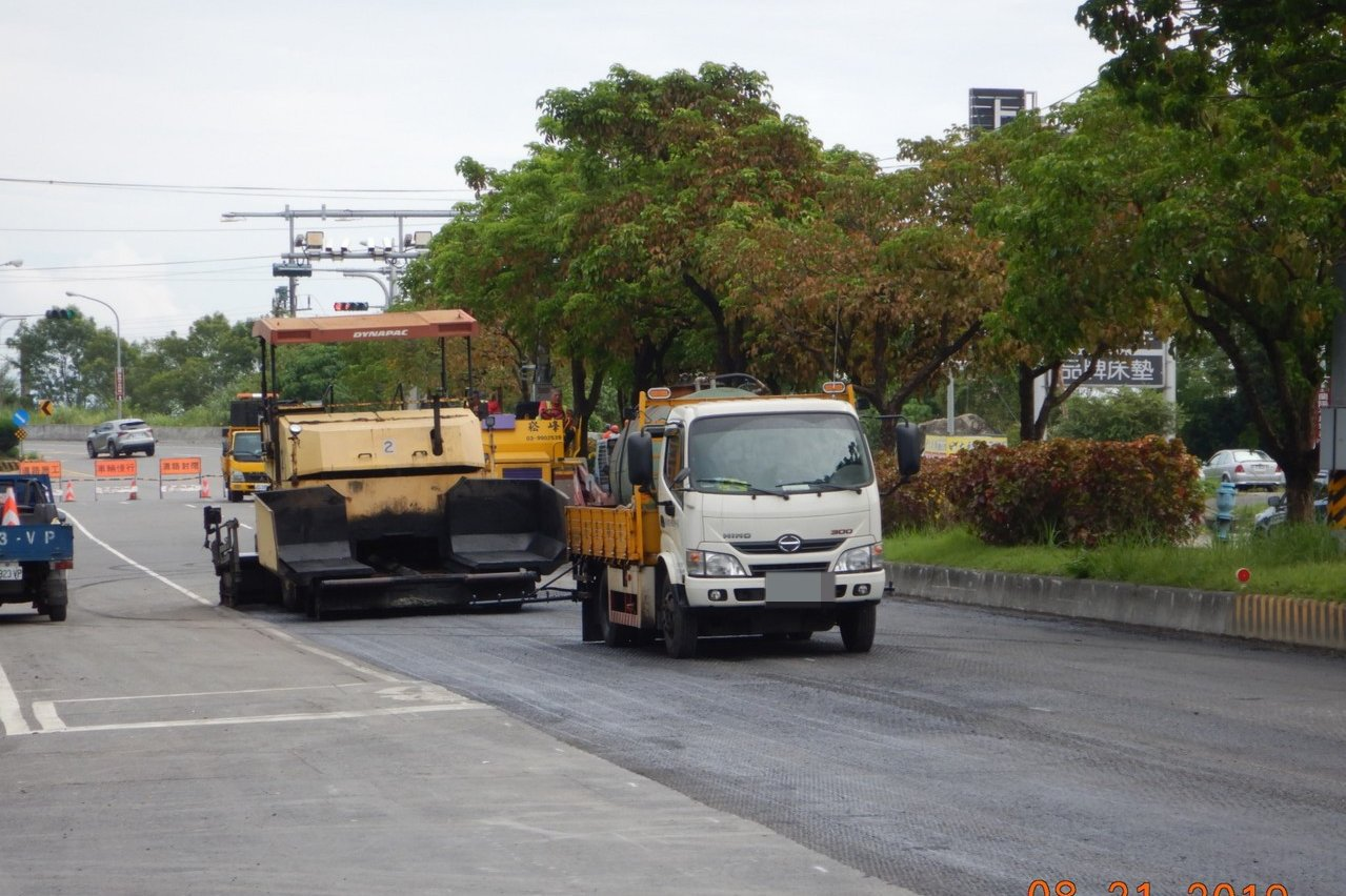宜蘭縣最被爆罵的五結中正路工程終於完工了,今天鋪設柏油,明後天就可以還給大家一條...
