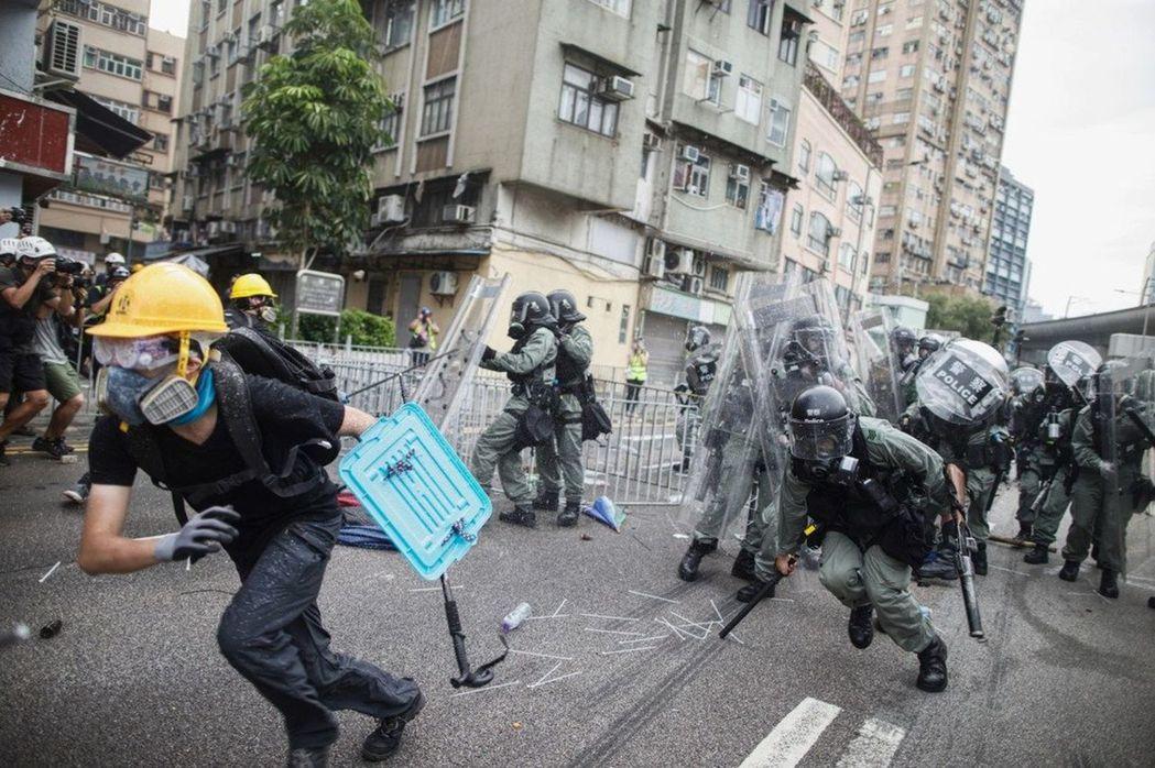 香港鎮暴警察與示威者進行打跑巷戰。(美聯社)