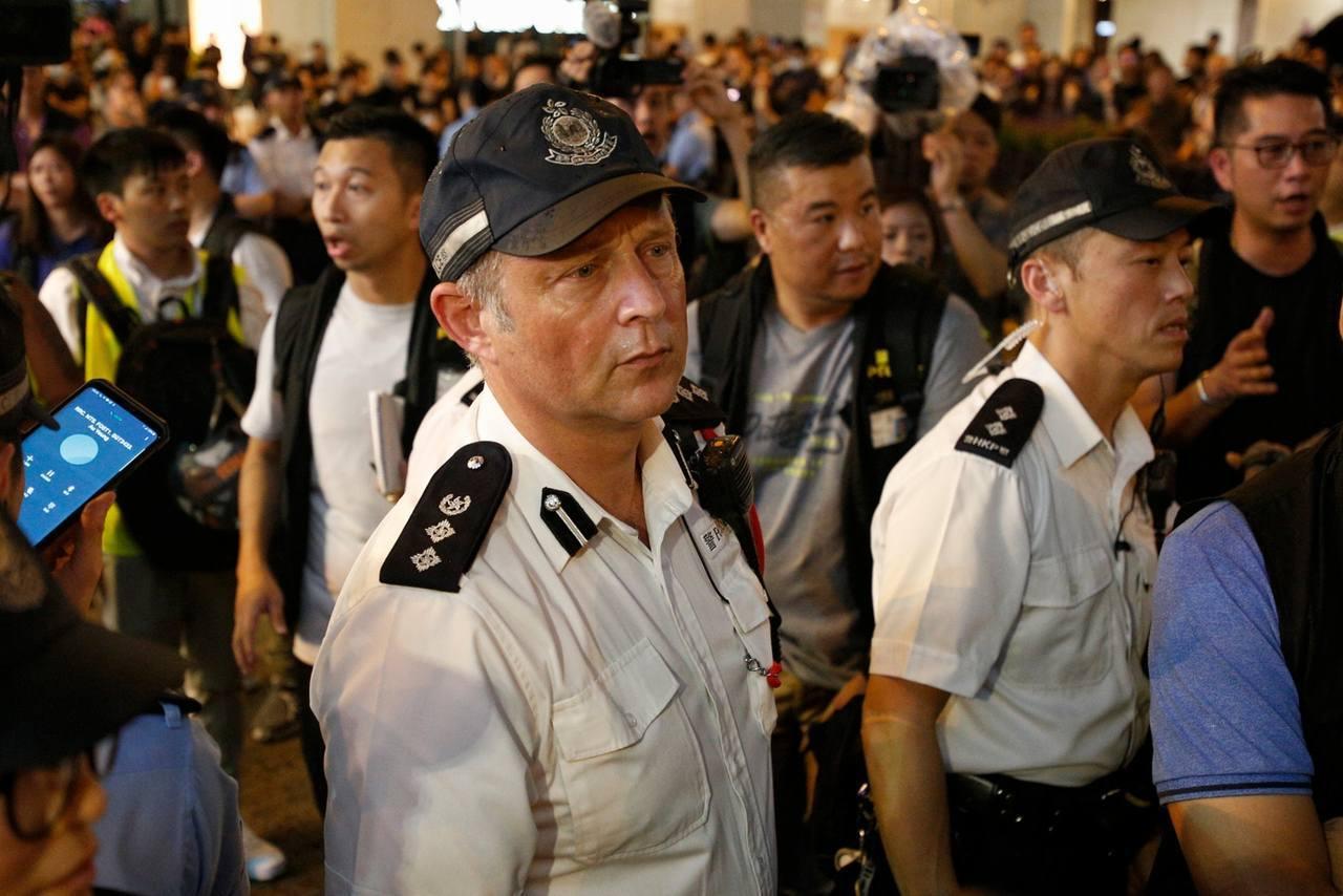 香港另一名受關注的英國籍警官是在6月12日抗爭中擔任新界南總區副指揮官的陶輝。(...