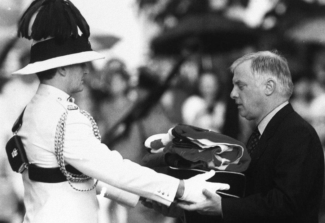 1997年英國駐香港總督彭定康在總督府舉行告別儀式,但仍有約900名外籍警察繼續...