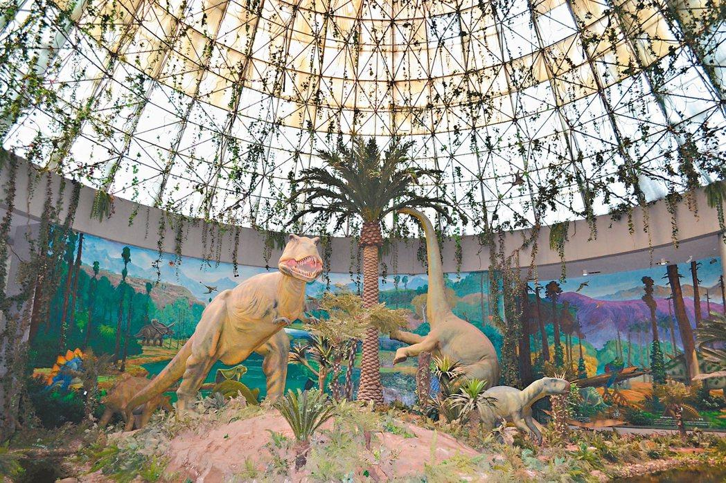 逼真的恐龍場景模型,吸引遊客駐足合影。 特派員王玉燕/攝影