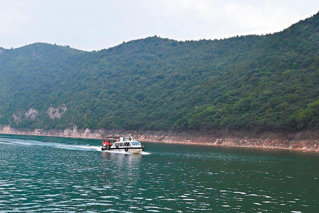 船遊水庫,山似水上飄。 特派員王玉燕/攝影