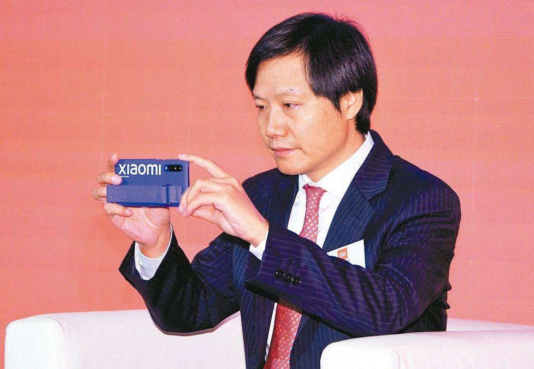 小米集團董事長雷軍在財報中稱,今年下半年將在大陸市場推出第二款5G手機。圖為雷軍...