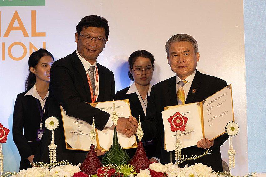 經緯航太董事長羅正方(左)與泰國The Expert ICT總監Anant Vo...