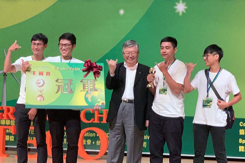 主競賽冠軍隊伍與頒獎人郭瑞嵩(中)。 東元科技文教基金會/提供