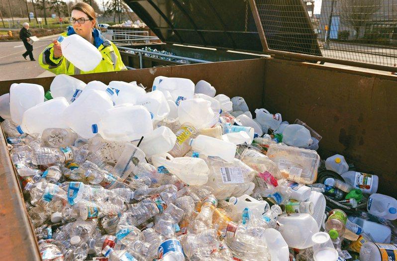 中國大陸去年頒布洋垃圾進口禁令後,美國回收業者提倡循環經濟,呼籲消費者和廠商購買再生塑膠。 美聯社