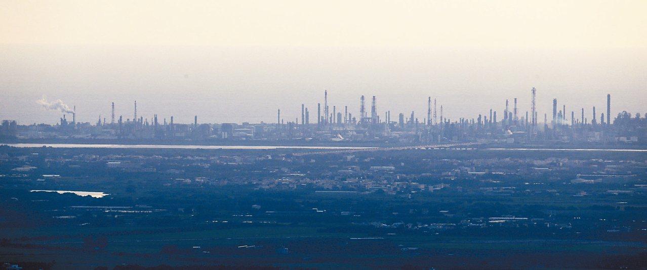 本土研究發現,國人肺腺癌發生率攀升,可能與空汙有關,且空汙嚴重的高屏地區,肺腺癌...