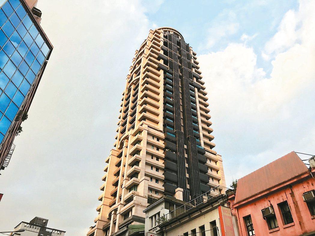 北市中正區知名豪宅「揚昇君臨」推案時正逢金融海嘯,屋主多低價進場,出場獲利可觀。...