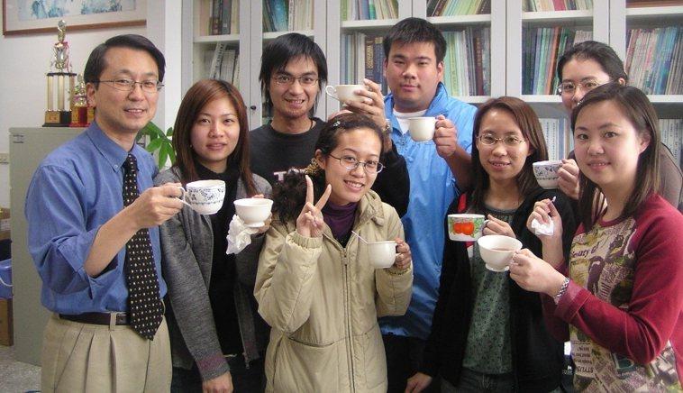 韓柏檉(左一)教學逾30年,常與學生分享健康飲食觀念。圖片來源/韓柏檉,下同