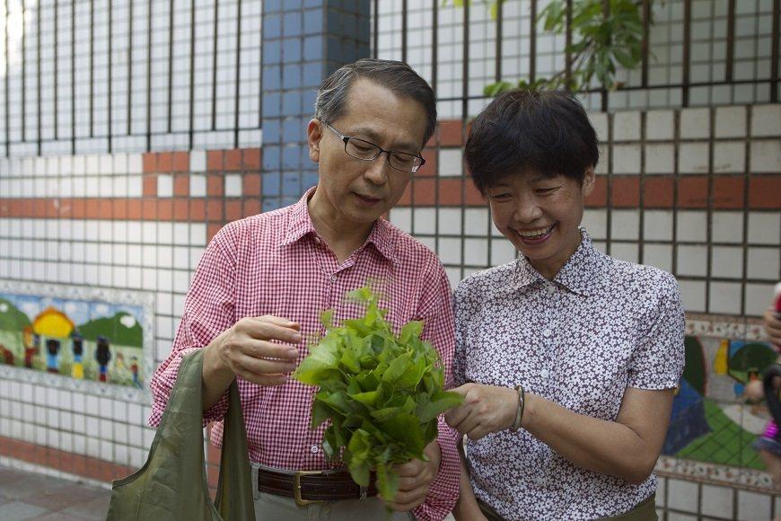 妻子幼香(右)是韓柏檉抗癌的最佳幫手,兩人過去常一起買菜,離世後帶給他無盡的思念...