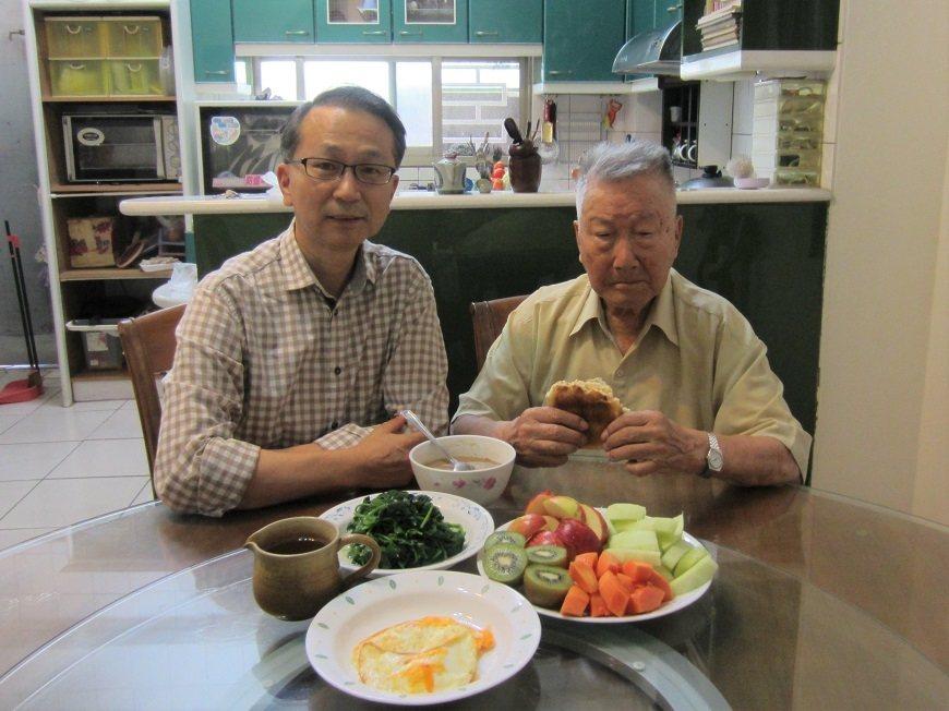 韓柏檉父親(右)百歲後仍注重養生,父子倆以往會一起吃早餐。